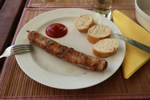 Bratwurst mit Ketchup und Baguettescheiben