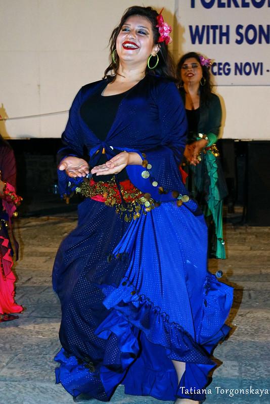 Девушка из группы Бурсы во время выступления на Форте Маре