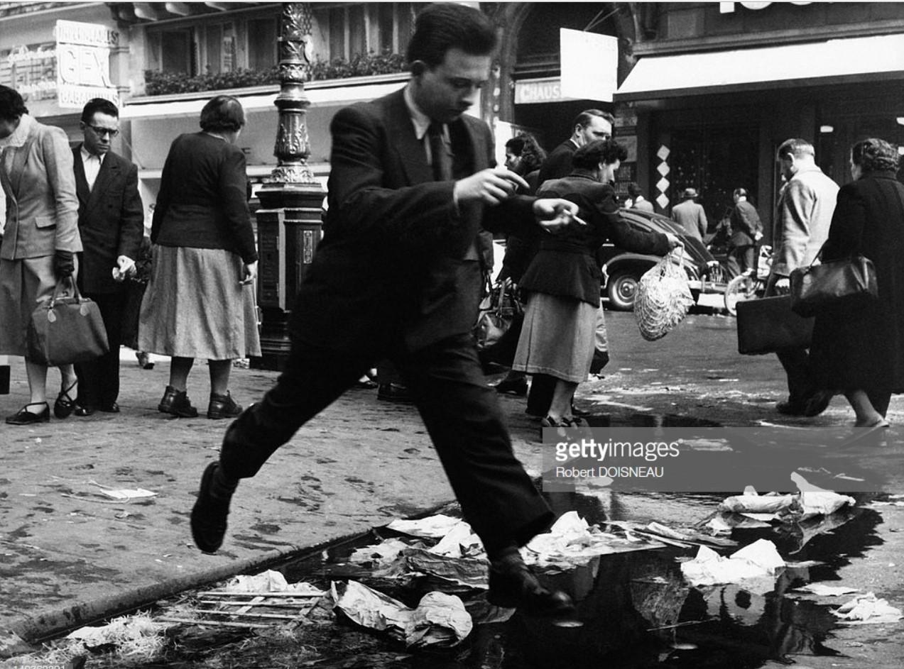 1953. Мужчина прыгает через водосточный желоб в Ле-Аль