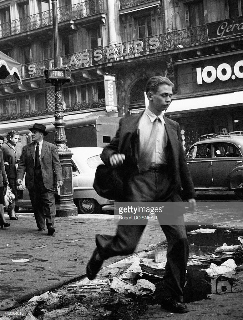 1953. Человек, перепрыгивающий через водосточный желоб в Ле-Аль