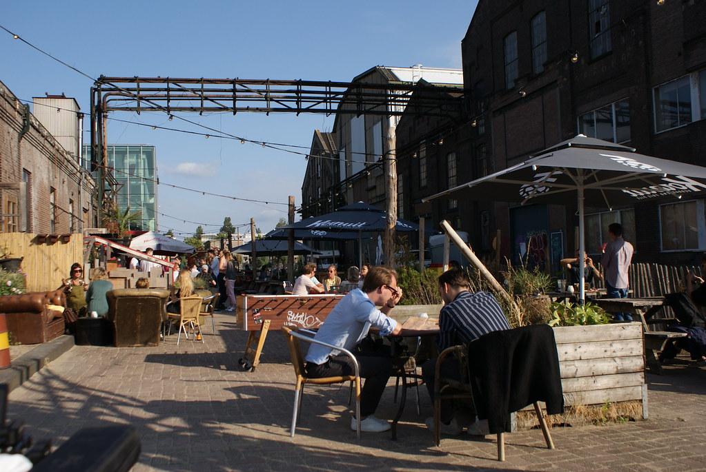 Dans le bar mi-industriel mi-bar de plage Roest dans l'est d'Amsterdam.