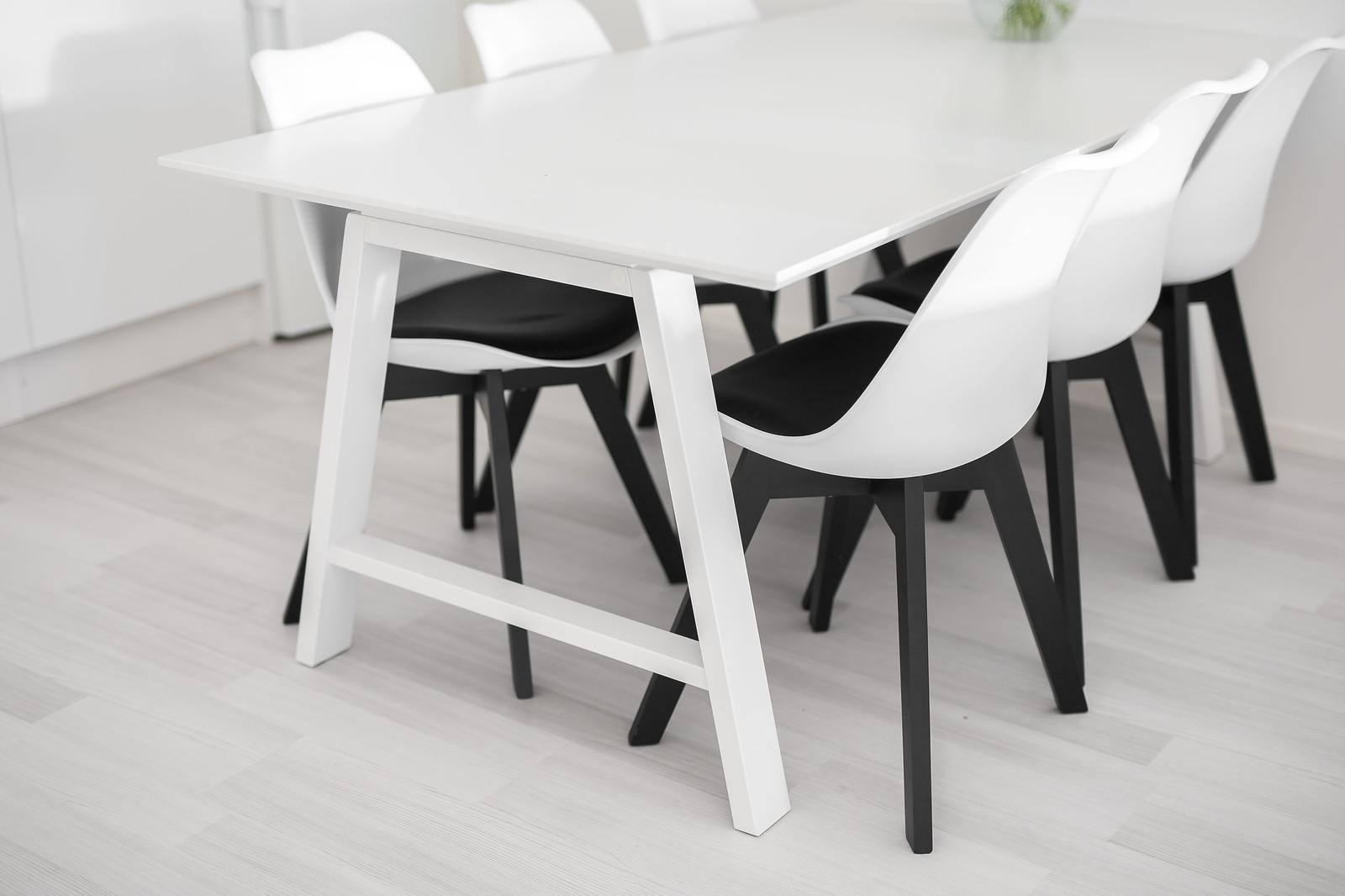 mustavalkoinen tuoli