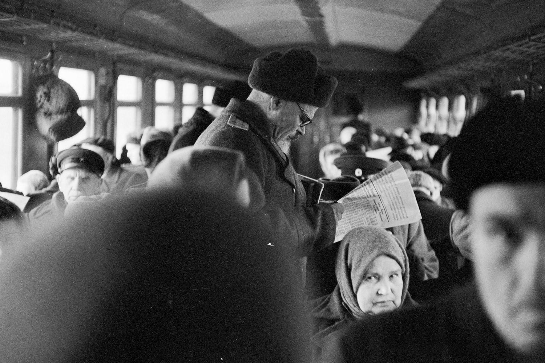 Пассажиры пригородного поезда в вагоне