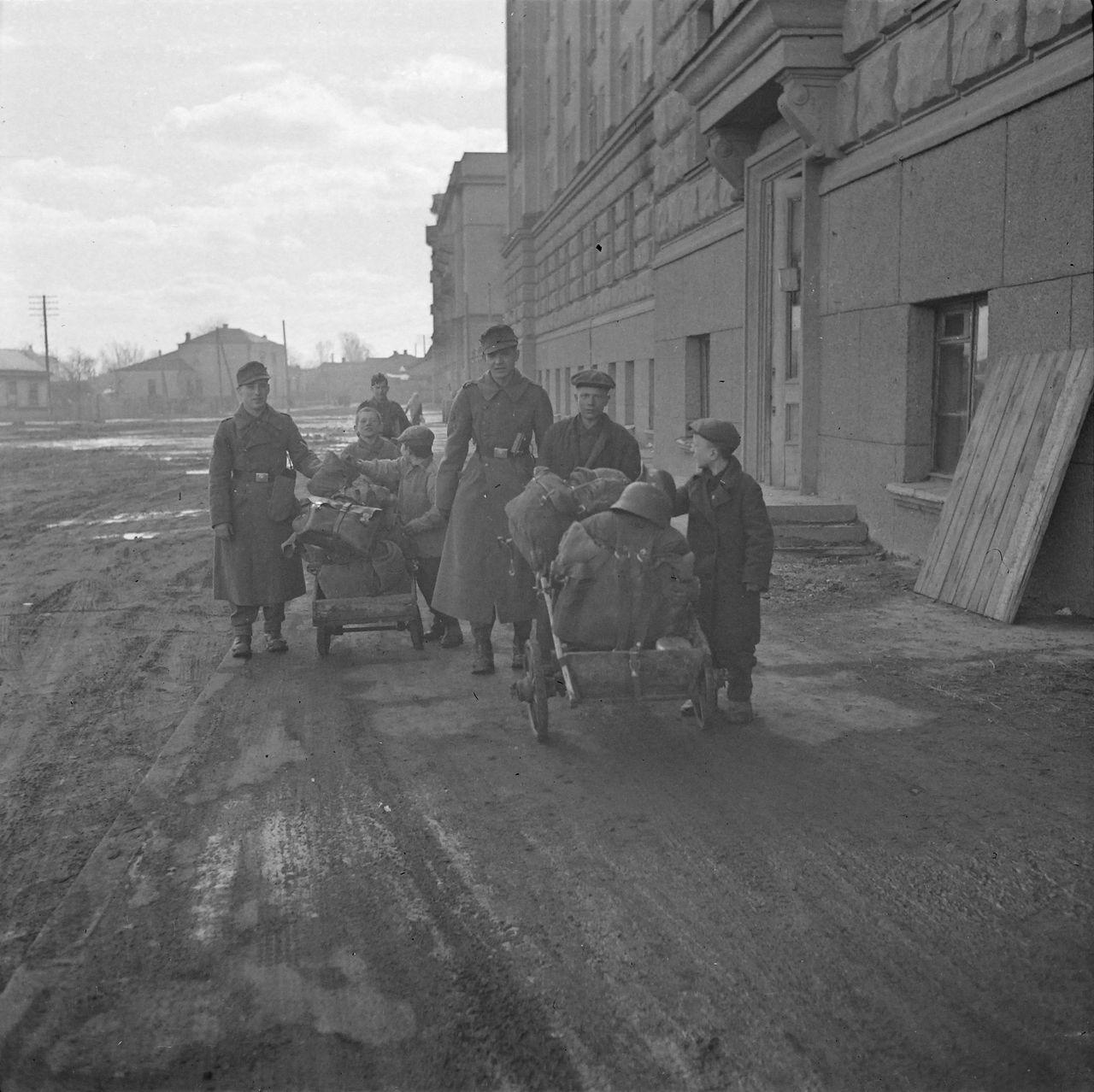 1942. Подростки перевозят вещи немецких солдат в оккупированном Киеве