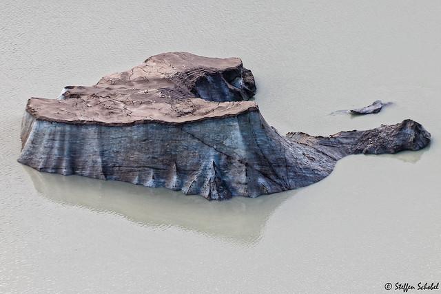 Loamy covered blue iceberg / Kleiner schlammbedeckter Eisberg