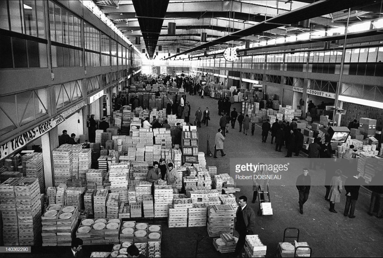 1969. Новый оптовый рынок в близлежащем пригороде, который заменил бывший Ле-Аль в центре Парижа