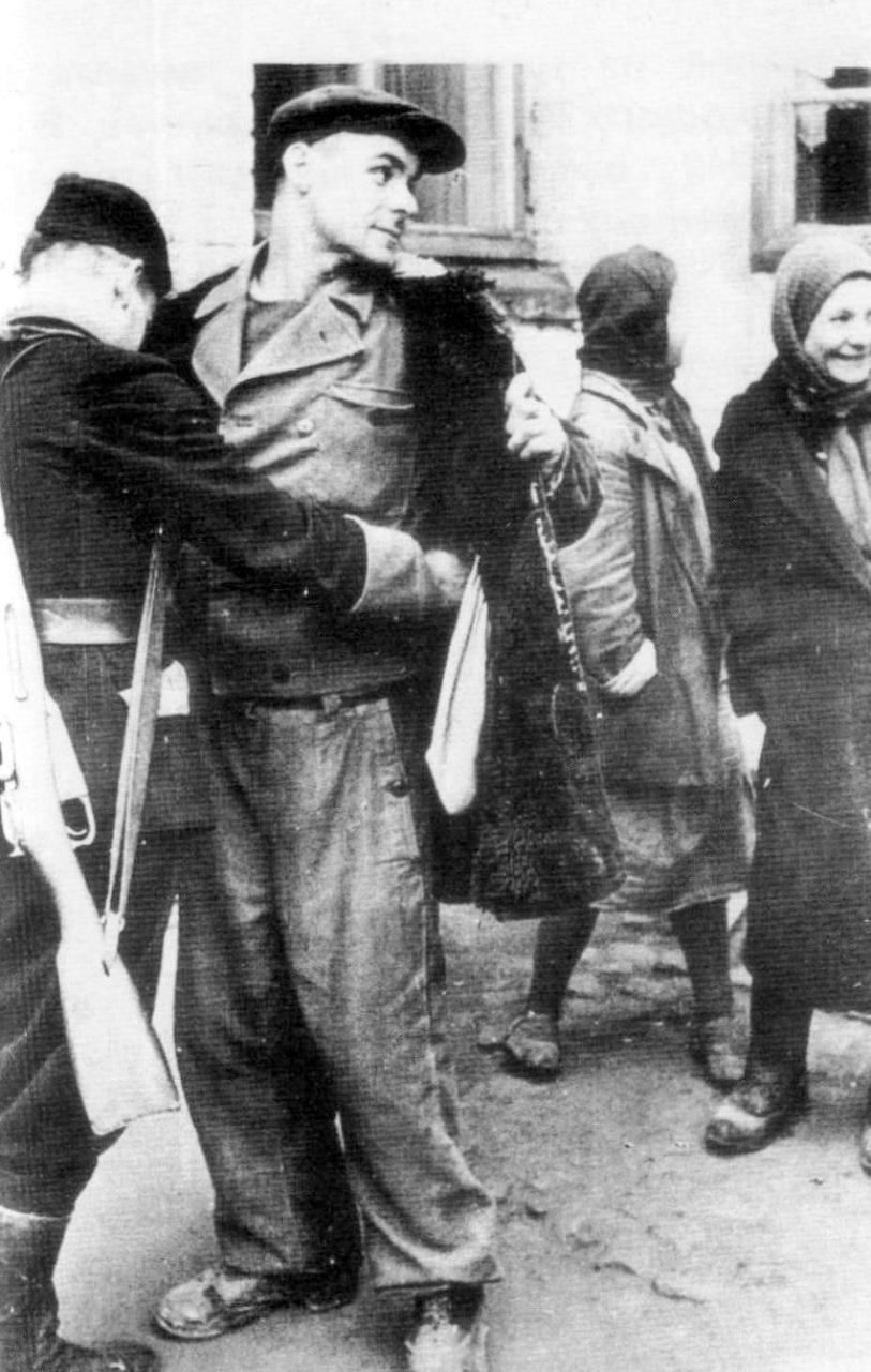 1942. Обыск рабочего украинским полицейским на кондитерской фабрике в Киеве