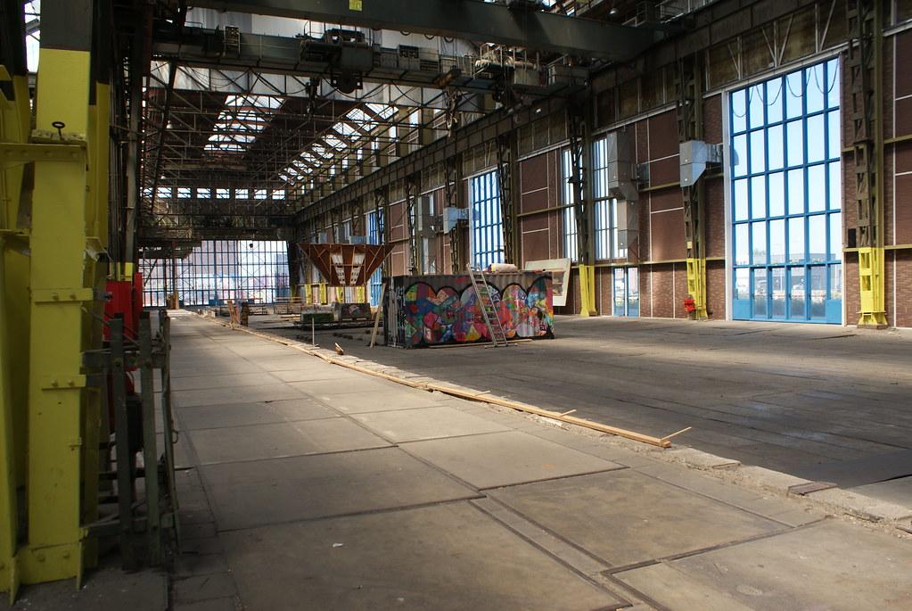 """> A l'intérieur du Hangar du chantier naval NDSM d'Amsterdam devenu """"Art Factory""""."""