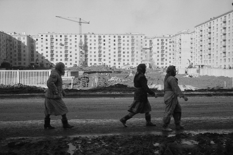 Строители Москвы на фоне новых домов на проспекте Ломоносова