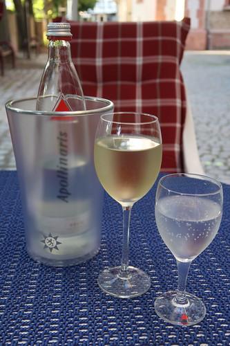 Mineralwasser und Grauer Burgunder (vom Weingut Emrich-Montigny, Nahe)