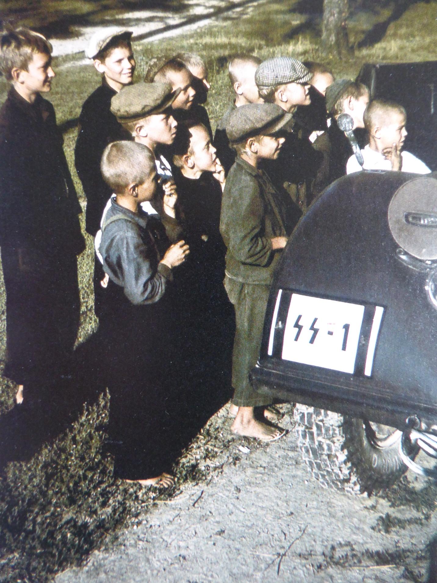1941. Дети у автомобиля рейхсфюрера СС Г. Гиммлера в деревне Новинки