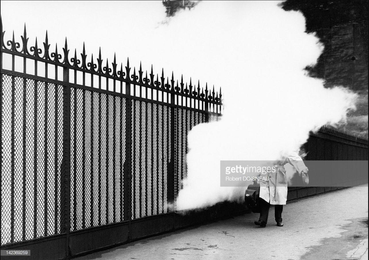 1957. Французский виолончелист Морис Ваке с  виолончелью, укутанный дымовым облаком