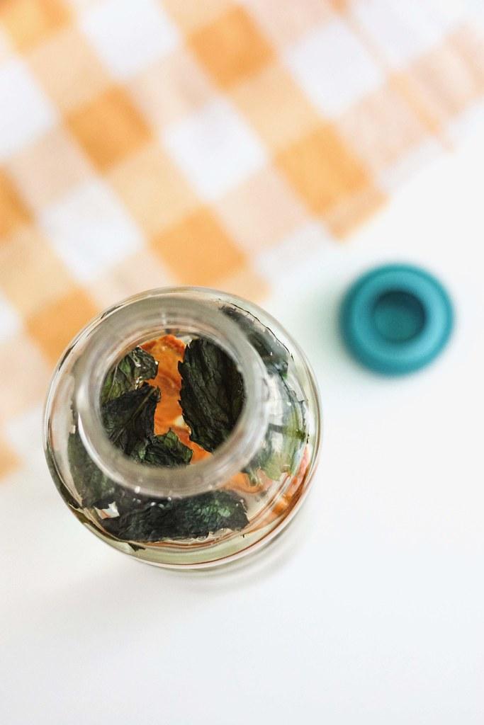 água aromatizada com laranja desidratada, canela e hortelã