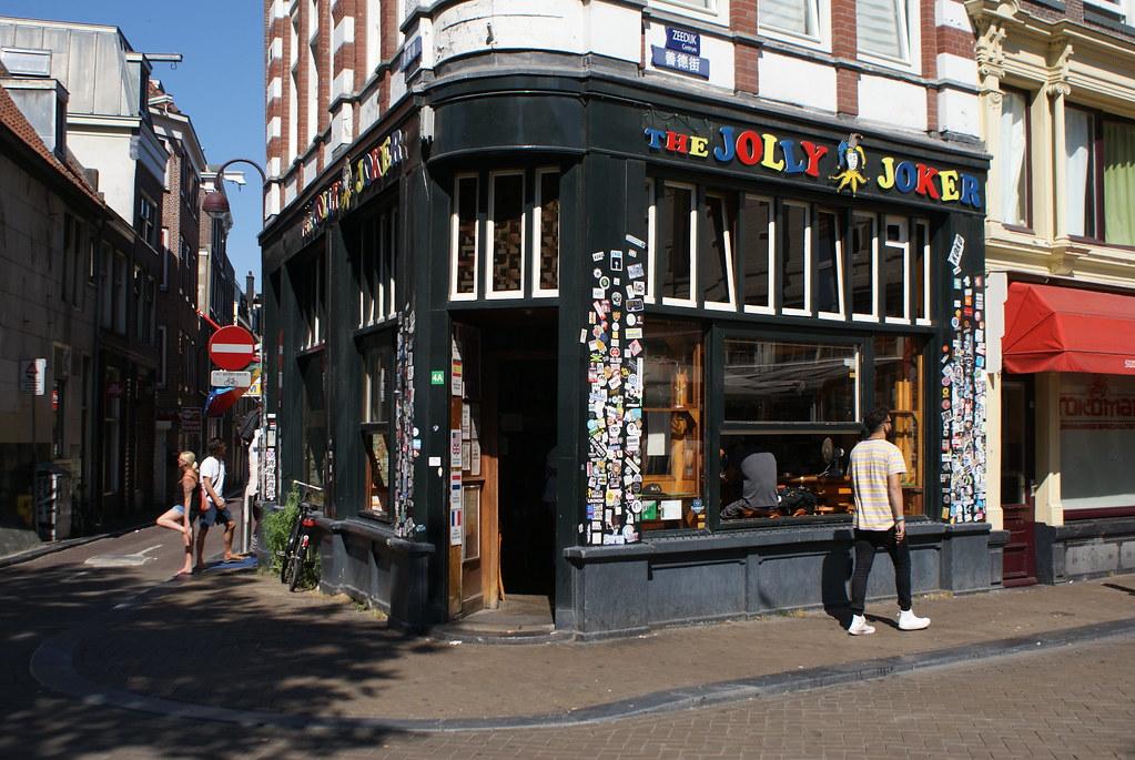 Jolie façade du coffeeshop Jolly Joker à Amsterdam.