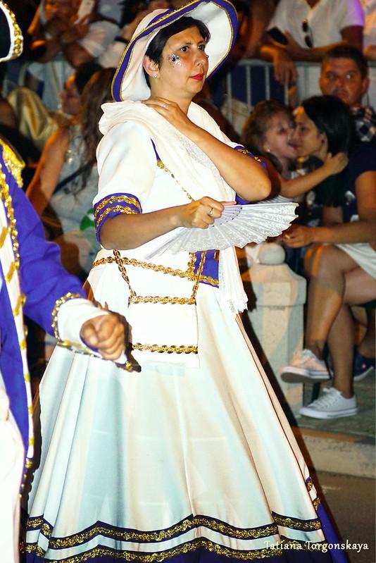 Женщина в карнавальном костюме из группы Риеки