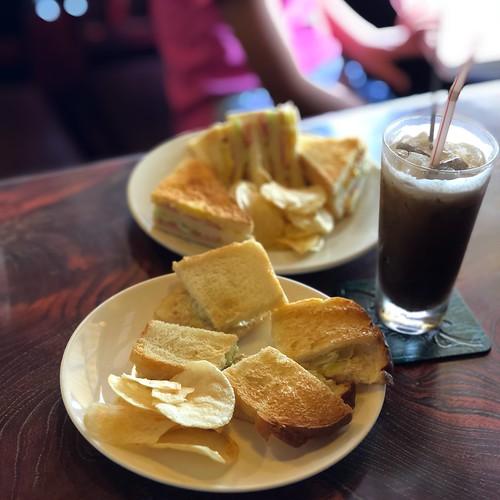 ベーコンエッグサンド、ツナサンド、アイスコーヒー