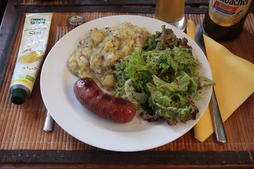Bratwurst aus gepökeltem Wildschwein mit Kartoffelsalat und Lollo Salat