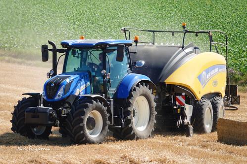 Loon en grondverzetbedrijf Bomhof Veessen met een New Holland T6.180 + New Holland Bigbaler 1270 plus Cropcutter. Oogst 2018