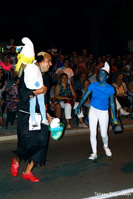 Карнавальная группа в костюмах смурфов