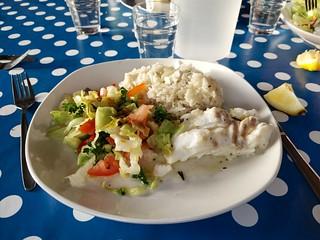 Riz pilaf, cabillaud et salade