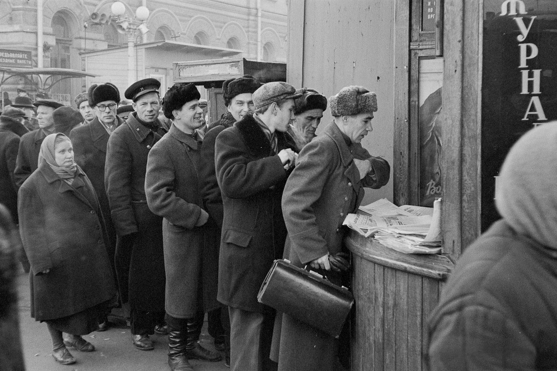 Очередь за свежей прессой на Ярославском вокзале