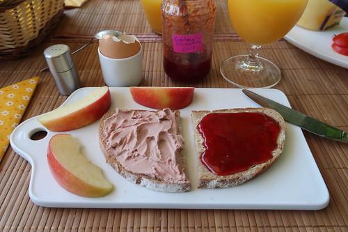 Leberwurst (der Marke Bio Janssen) und Erdbeermarmelade auf Landbrot