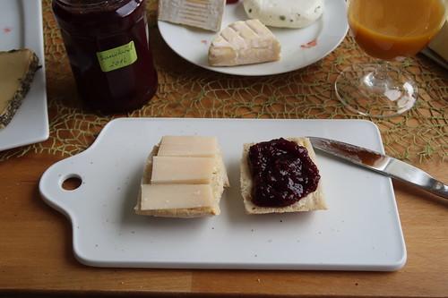 Alter Ziegenkäse und Kirschmarmelade auf Baguette