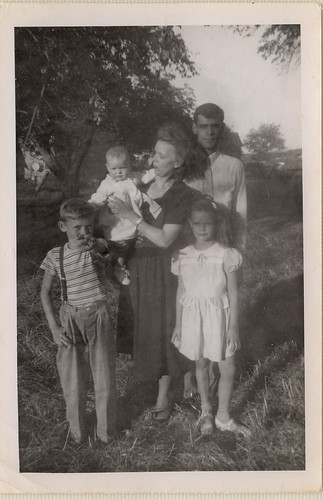PB10040 PC Ross, Elizabeth, Tommy, Mary, and Susan Jean Kneeshaw c1925
