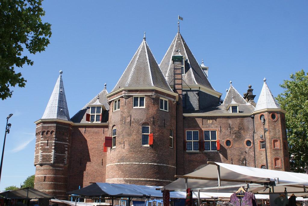 On devine un bout du marché sous l'ancienne fortification Den Waag à Amsterdam.
