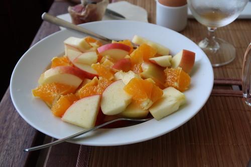 Obstsalat auf Äpfeln und Orangen
