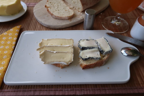 Bio Camembert und Cabrisac auf Weißbrot