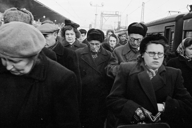 Пассажиры прибывшего пригородного поезда на перроне Ярославского вокзала