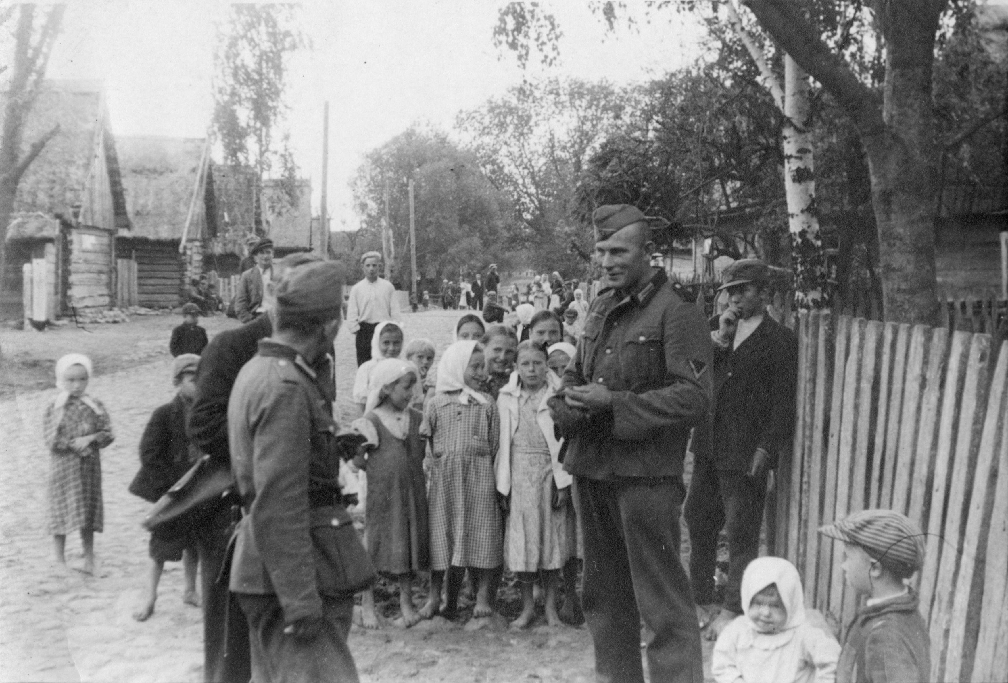 1941. Немецкие солдаты и группа местных детей на деревенской улице