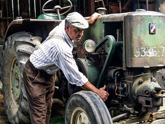 Beaucaire - Le Vieux Mas. Démarrage d'un vieux tracteur Vierzon. - Photo of Bellegarde