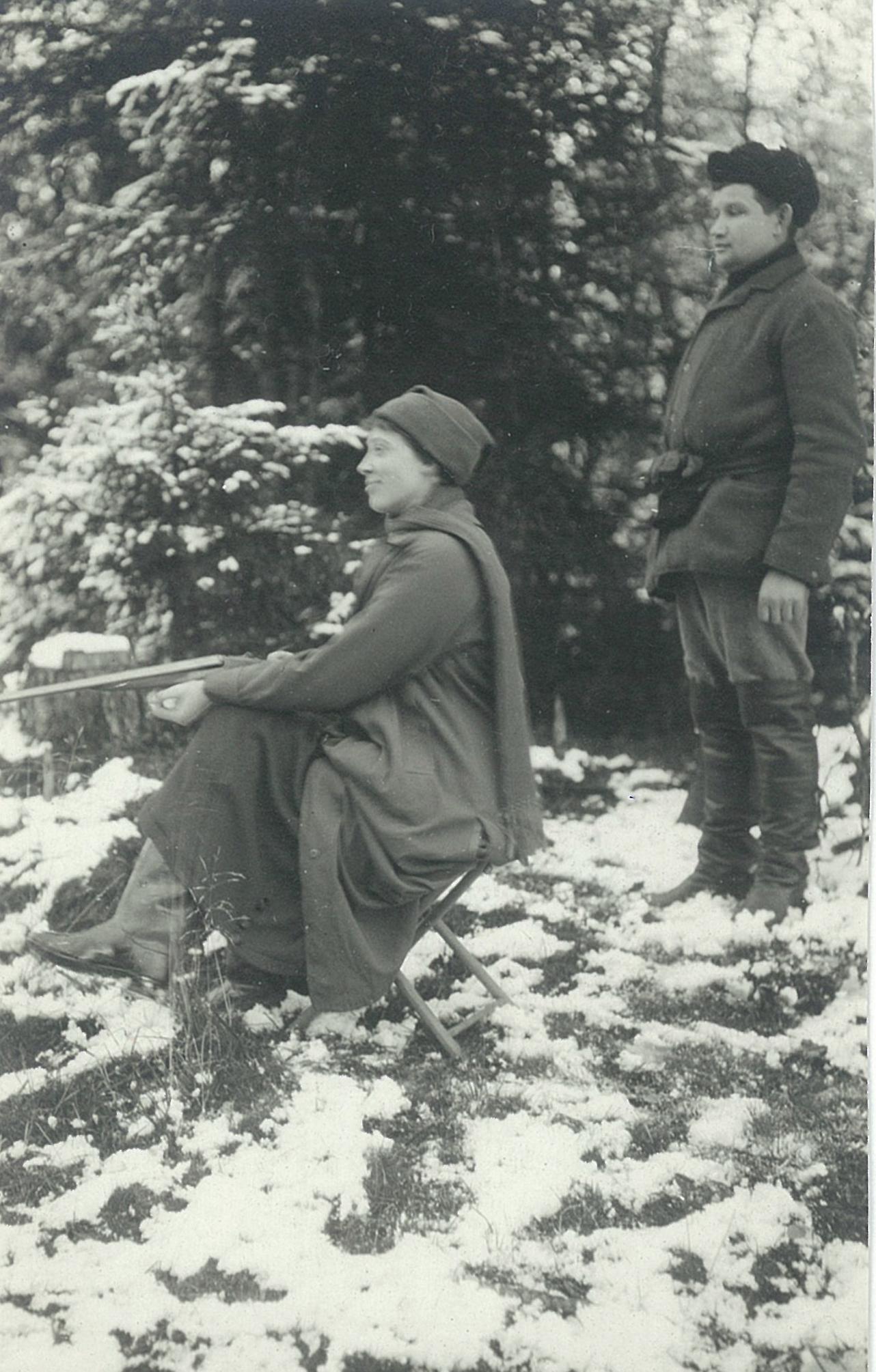 Девушка с охотничьим ружьём в зимнем лесу