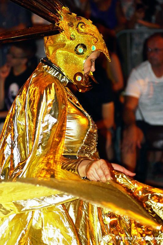 Женщина в карнавальном костюме из будванской группы