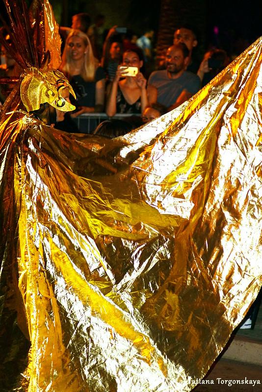 Женщина из будванской группы на карнавале в Которе