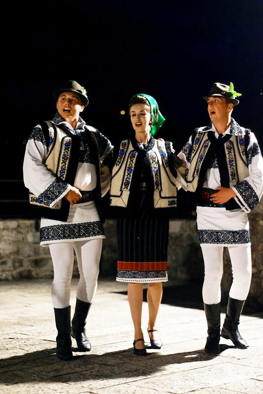 """Танцоры из фольклорного ансамбля """"Arancul USV"""" во время выступления"""