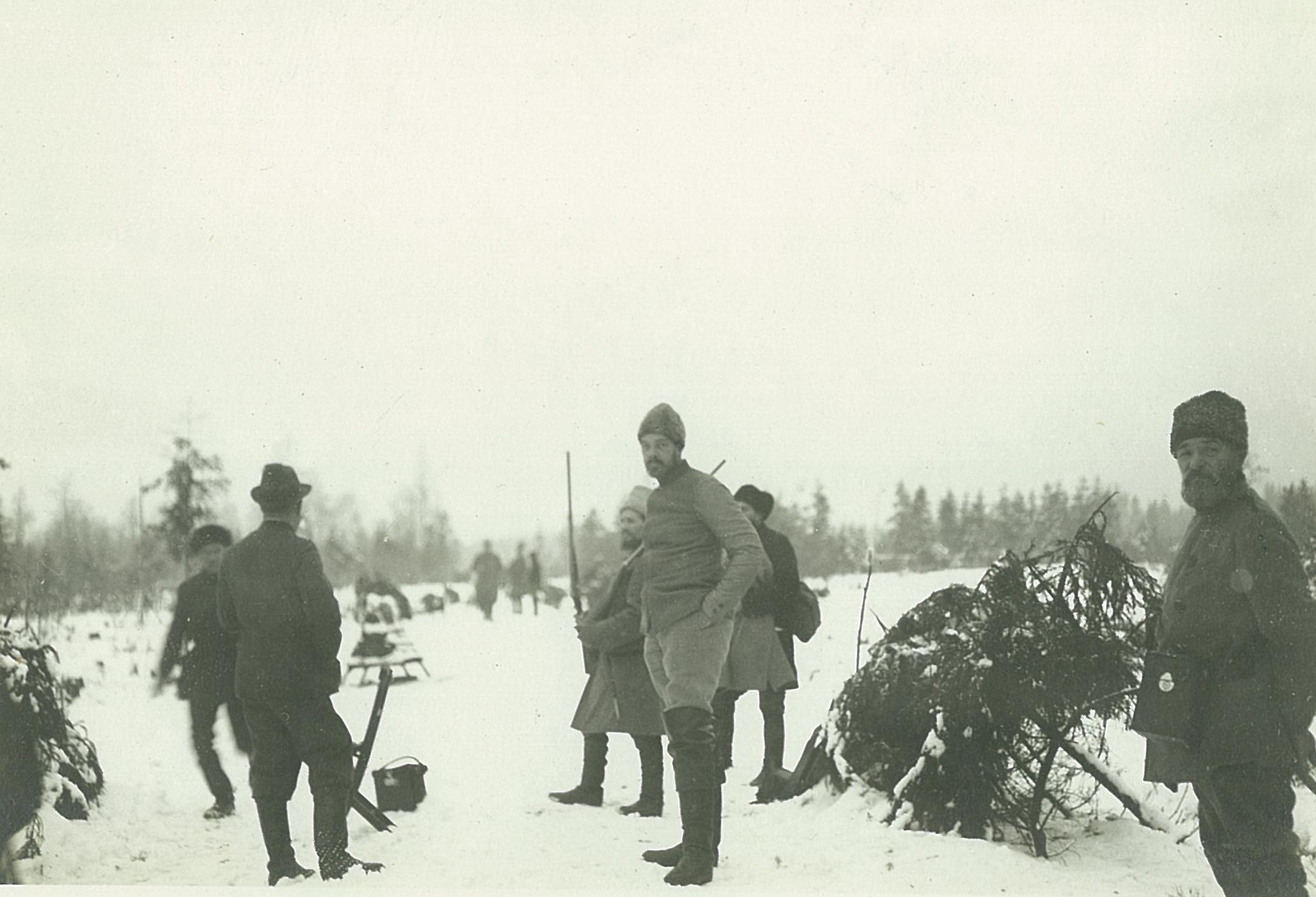 Группа охотников на зимней поляне,