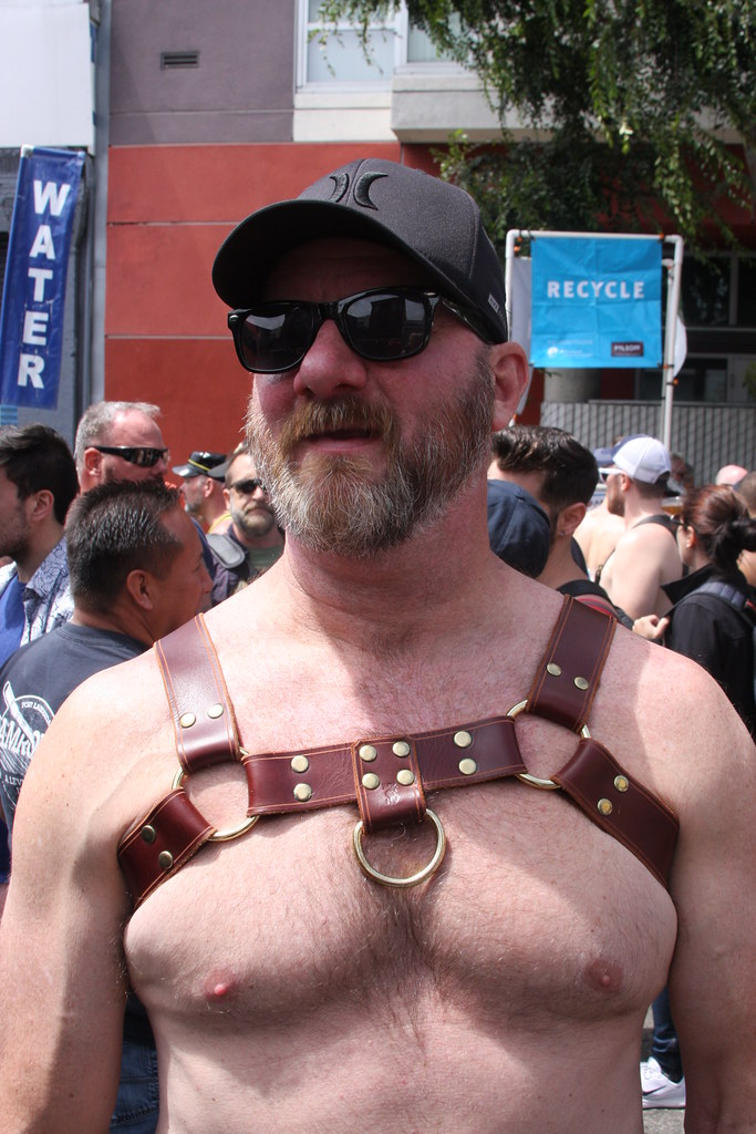 HELLA HOT MUSCLE BEARMAN ! DORE ALLEY FAIR 2018 ! ( safe photo )