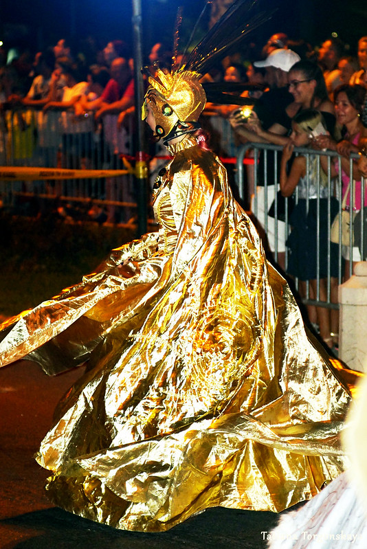 Женщина из карнавальной группы  Будвы во время выступления в Которе
