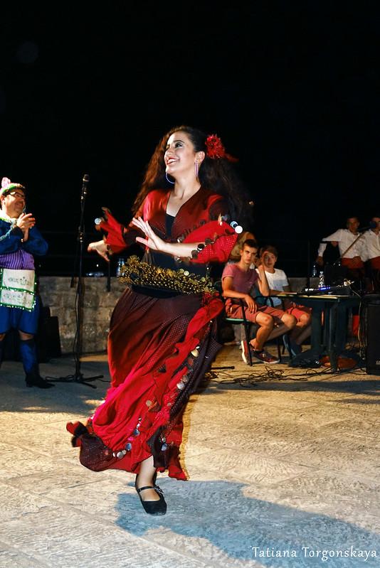 Девушка из турецкой группы во время танца