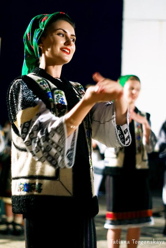 """Девушка из ансамбля """"Arancul USV"""" во время выступления"""