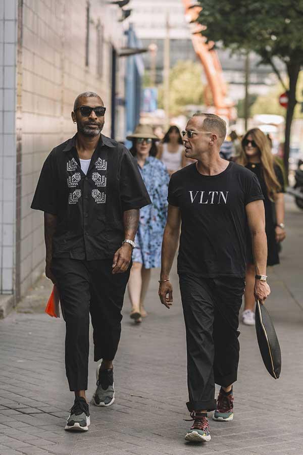 黒コーデ 半袖シャツ×クロップドパンツ×スニーカー&Tシャツ×チノパン×スニーカー