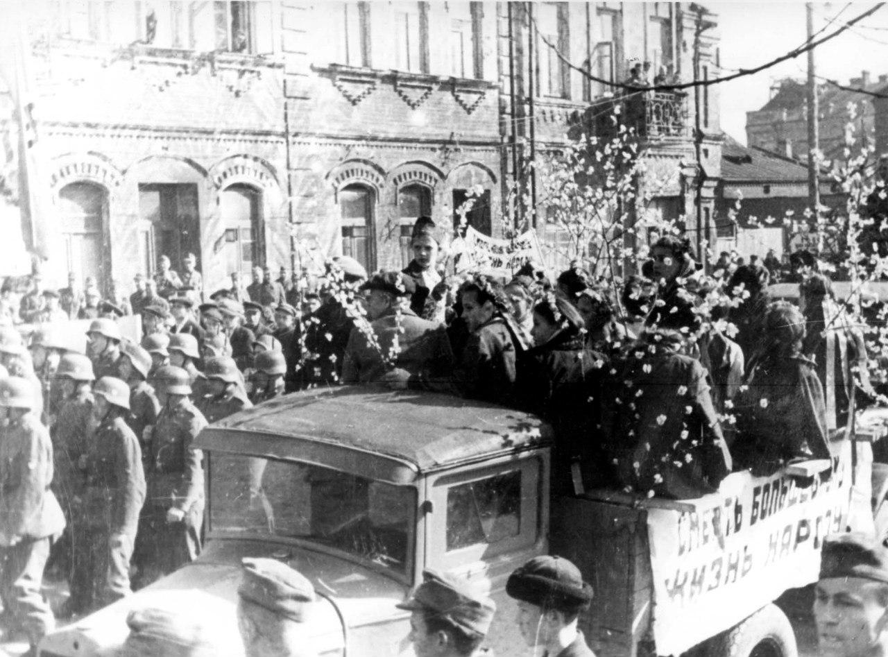 1944. Жители города Бобруйска и немецкие военнослужащие на первомайском шествии. Белоруссия, 1 мая