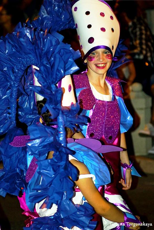 Девочка из карнавальной группы