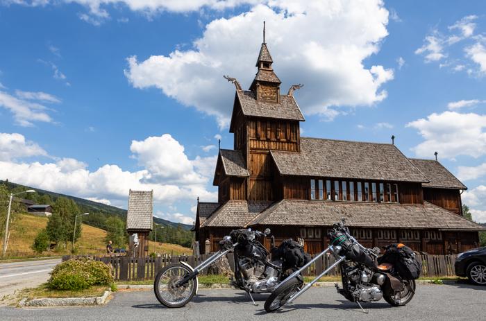 Moottoripyörä Norja maisema Keski-Norja kirkko puukirkko roadtrip harley davidson chopper sportster softail