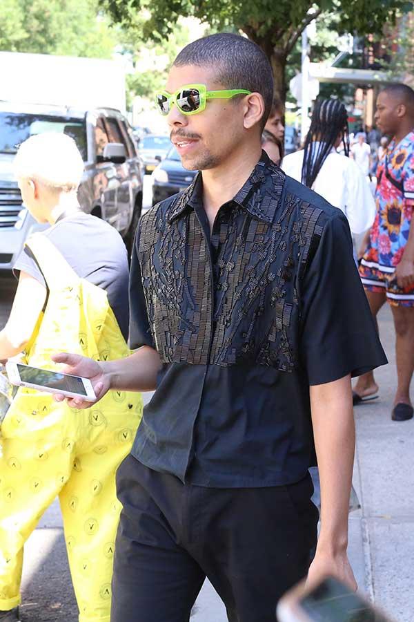 黒半袖シャツ×黒パンツ