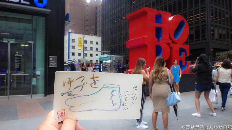 小僧落書き:背景はニューヨーク7番街(撮影:筆者)