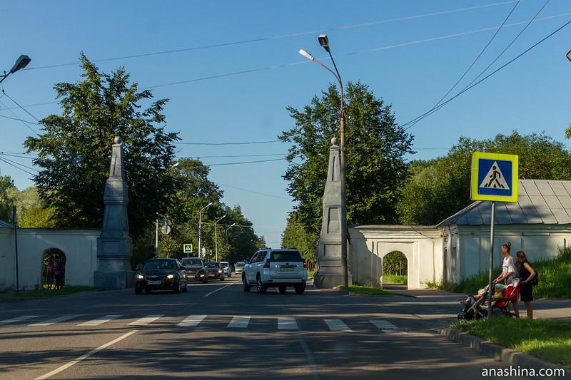 Стелы на старом въезде в Новгород